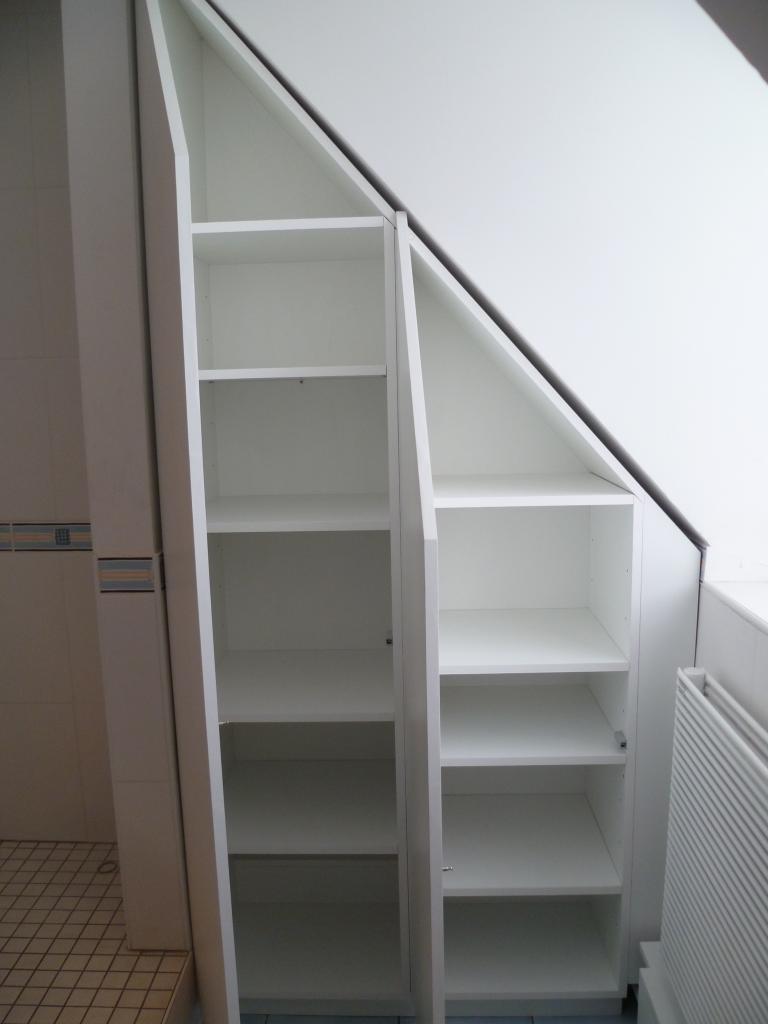Armoire sous pente salle de bain for Salle de bain sous escalier